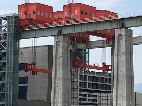 overhead-crane-dam-top