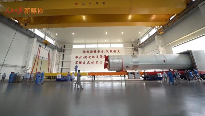 overhead-crane-hoisting-rocket